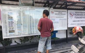 Warga Pangkalan Bun Kabupaten Kobar memperhatikan jadwal keberangkatan kapal Pelni di depan kantor Pelni Pangkalan Bun, Sabtu (3/6/2017).