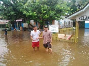 Banjir di Desa Muara Sumpoi, Kecamatan Murung, Sabtu (3/6/2017).