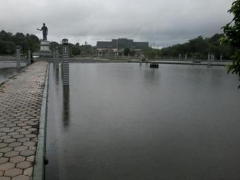 Banjir menggenangi Bundaran Kantor Bupati Katingan. Kondisi ini sudah berlangsung selama tiga hari terakhir.