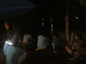 Tampak warga mencari Kakek Hilang di Sungai Ayuh di Desa Kayumban