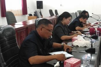 Anggota DPRD Gumas Iswan saat (kanan) saat mengikuti rapat