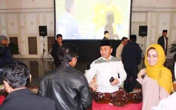 Gubernur Sugianto (baju putih) berbicara dengan sejumlah kepala dinas dan unsur FKPD di sela nonton bareng final Liga Champion di rumah jabatan, Minggu (4/6/2017) dini hari.