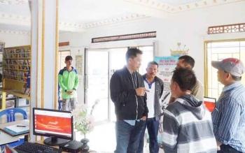 Bupati Barito Utara Nadalsyah saat meninjau perpustakaan Desa Bintang Ninggi 1, Minggu (4/6/2017).