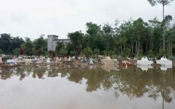Kuburan Muslimin Raut di Jalan Pahlawan, Kota Buntok, Kabupaten Barito Selatan terendam air.