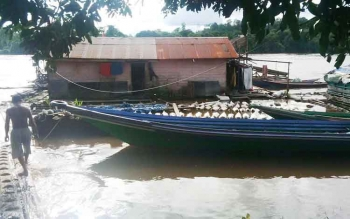 Tempat penampungan karet milik warga di Sungai Barito, Kelurahan Puruk Cahu, Kabupaten Murung Raya.