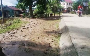 Kondisi jalan di Kelurahan Puruk Cahu pascabanjir, Minggu (4/6/2017).