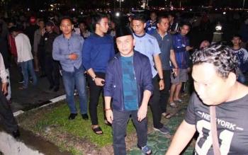 Gubernur Sugianto menyambangi masyarakat yang memadati halaman Istana Isen Mulang untuk nonotn bareng final Liga Champions, Minggu (4/6/2017) dini hari.