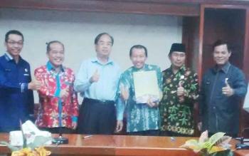 Wakil Ketua II DPRD Kabupaten Murung Raya Rejikinoor (memakai peci) menghadiri serah terima pimpinan Perusda PMBM di Aula Setda, beberapa waktu lalu.