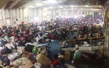 Ribuan penumpang KM Dharma Ferry Vlll pada arus mudik 2016 dari Kumai menuju Semarang berjubel di dek kapal hingga tempat parkir kendaraan.