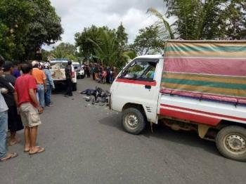 Mobil pikap dan sepeda motor masih di TKP seusai kecelakaan.