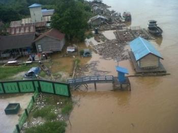 Puluhan keramba ikan di Sungai Katingan sekitar Jembatan Kasongan berjejer hingga Kampung Banjar. Sejak air sungai meluap tidak sedikit keramba ikan ini rusak