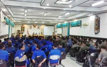 Petugas Damkar dan Satpol PP Kotim, saat mengikuti sosialisasi narkoba di aula lantai II Setda Kotim, Senin (5/6/2017).
