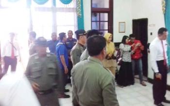 Petugas menjaga ketat tes narkoba yang dilakukan kepada petugas Damkar dan Satpol PP Kabupaten Kotim.