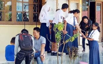 Pelajar SMPN 1 Sukamara saat berada di sekolah seusai menerima hasil pengumuman kelulusan