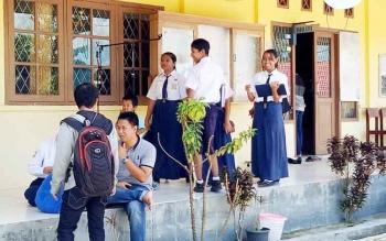 Siswa SMPN 1 Sukamara saat berada disekolah usai menerima hasil pengumuman kelulusan