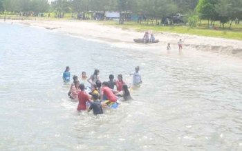 Masyarakat saat bermain air ditepi Pantai Anugerah Desa Sungai Tabuk Kecamatan Pantai Lunci Kabupaten Sukamara.