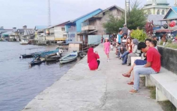 Masyarakat Sukamara saat duduk santai pelabuhan speet boad Sukamara.