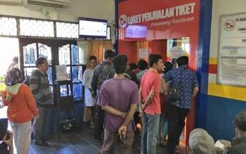 Warga memadati antrean tiket di kantor Pelni Pangkalan Bun. Sementara itu Ketua DPRD Kobar Triyanto meminta perusahaan mengakomodir tiket mudi untuk karyawannya.