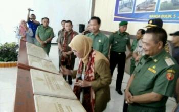 Dirjen Bina Pembangunan Daerah, Kementerian Dalam Negeri (Kemendagri) RI, Ir. Diah Indrajati,M.Sc, saat membubuhkan tandatangan pada prasasti simbol peremian pembangunan lima jembatan di Lamandau.