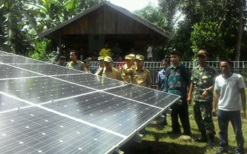 Bupati Kapuas Ben Brahim S Bahat meninjau pembangunan Pembangkit Listrik Tenaga Surya (PLTS) di Desa Katimpun, Kecamatan Mantangai yang di kelola secara swadaya oleh Masyarakat Desa
