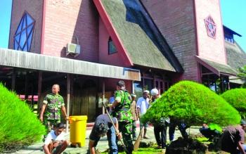 Bhakti sosial di salah satu rumah ibadah di Kota Sampit yang dilakukan oleh lintas agama, tokoh masyarakat dan TNI.