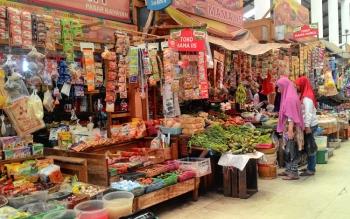 Masyarakat berbelanja di Pasar Kahayan, Kota Palangka Raya. Wakil Wali Kota Mofit Saptono Subagio meminta masyarakat berbelanja kebutuhan pokok seperlunya atau tidak berlebihan.