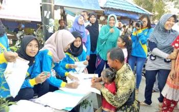 Masyarakat Sukamara saat antre mengisi buku penerima bantuan bibit cabai dan kelengkeng dari Dinas Lingkungan Hidup.
