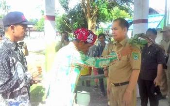 Kedatangan Bupati Kapuas Ben Brahim S Bahat dan Rombongan disambut dengan upacara tampung tawar di Desa Katunjung.
