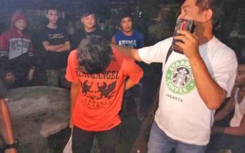 SM dibawa aparat kepolisian menuju kantor Polres Palangka Raya