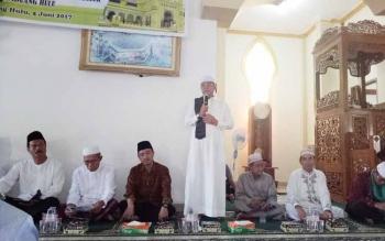 Bupati Seruyan Sudarsono (berdiri) memberikan sambutannya pada kegiatan Safari Ramadan di Masjid Nur Mastiyah, Pembuang Hulu, Kecamatan Hanau, Senin (5/6/2017).