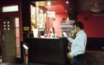 Komandan Satpol PP Kotim Rihel sedang mengintrogasi seorang perempuan yang merupakan karyawan di Nine Ball, Senin (5/6/2017)