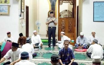 Kapolres Seruyan AKBP Nandang menyampaikan imbauan saat mengikuti safari Ramadan bersama bupati di Kecamatan Hanau, Senin (5/6/2017)