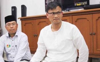 Wuryanto (baju putih) didampingi Dirut PT Bank Kalteng Yosapati