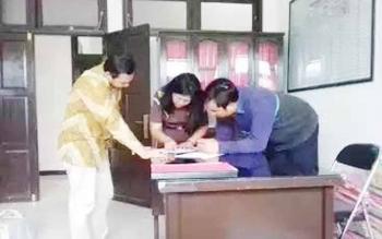 Tersangka kasus penipuan dan penggelapan Aldino Akbar Maulana, staf TSC Bank Mandiri Sampit, dan M Ashadi Caesar manager TSC Bank Mandiri Banjarmasin saat bersama jaksa dari Kejagung