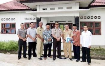 Kabag Ren Polres Lamandau, I Nyoman Narka, saat berkunjung ke sekretariat FKUB Lamandau, disambut para pengurus, Selasa (6/6/2017).