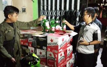 Sejumlah anggota Satpol PP Kotim saat memeriksa sejumlah minuman yang dijual di Caffe Nine Ball.