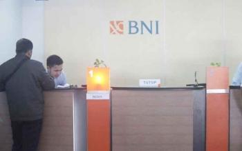 Aktivitas di teller BNI Cabang Pangkalan Bun. Pegawai bank tersebut menolak e-KTP milik warga karena ada perbedaan data dengan milik bank bersangkutan.