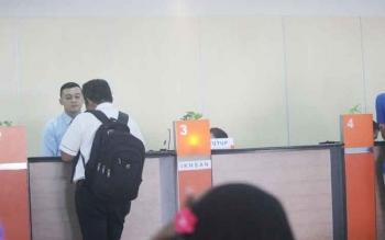 Salah satu petugas teller Bank BNI Cabang Pangkalan Bun saat melayani nasabah.