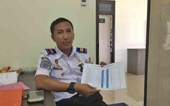 Sub Seksi Lalu Lintas Angkutan Laut dan Usaha Pelabuhan KSOP Panglima Utar Kumai, Azwar Anas, menunjukan data jumlah pemudik yang sudah menyeberang ke Pulau Jawa dari Pelabuhan Panglima Utar Kumai, Selasa (6/5/2017)