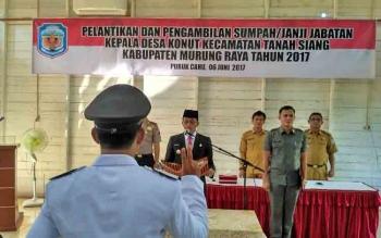 Bupati Mura Perdie M Yoseph melantik Kades Konut di Aula DPMD Kabupaten Mura, Selasa (6/6/2017).