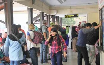 Calon penumpang pesawat berada di luar ruang keberangkatan Bandara Iskandar Pangkalan Bun saat arus mudik tahun lalu. Pemkab Kobar mendorong supaya ada jadwal penerbangan pada malam hari layani arus mudik lebaran.