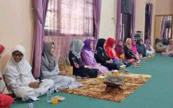 Ketua GOW Sukamara, Siti Zulaiha Windu Subagio didampingi Ketua TP PKK Sukamara, Nuni Ludya Ahmad Dirman saat menggelar buka puasa di Rujab Wabup Sukamara.