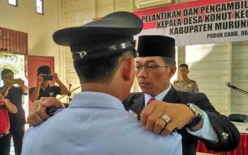 Bupati Mura Perdie M Yoseph saat melantik Kepala Desa Konut, Kecamatan Tanah Siang, di Aula DPMD Kabupaten Mura, Selasa (6/6/2017).