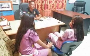 Kepala Seksi (Kasi) Penegak Perundang-undangan pada Satpol PP Kabupaten Mura, Sukandi saat menginterogasi dua wanita yang kedapatan mabuk obat komix disalah satu barak di Kota Puruk Cahu.