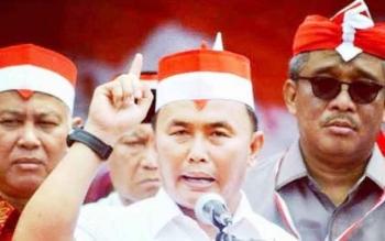 Gubernur Kalteng Sugianto Sabran berfoto bersama sejumlah kepala daerah dan petinggi PDI Perjuangan, saat menghadiri peringatan hari lahir Soekarno ke-116 di makam Proklamator RI itu di Blitar, Jawa Timur, Senin (5/6) sore lalu.