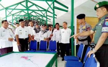 Danrem 102 Panju Panjung Kolonel Arm M Naudi Nurdika memberikan penjelasan kepada pejabat pemerintah kota dan provinsi pada kegiatan koordinasi sekaligus latihan posko 1 penanggulangan bencana kebakaran, Rabu (7/6/2017)