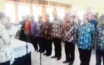 Bupati Kapuas, Ben Brahim S Bahat saat melantik sembilan anggota Badan Penyelesaian Sengketa Konsumen (BPSK) Kabupaten Kapuas di Aula Kantor Disperindagkop Kapuas, beberapa hari lalu, (30/5/2017).