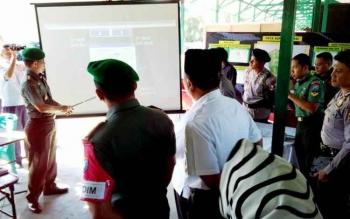 Danrem 102/Pjg Kolonel Arm M Naudi Nurdika menjelaskan titik-titik rawan kebakaran pada kegiatan pembukaan latihan penanggulangan Karhutla, Rabu (7/6/2017).