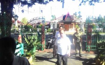 Buapati Kapuas Ir Ben Brahim S Bahat saat menuju pelabuhan speed untuk berangkat ke Kecamatan Mantangai Rabu(7/6/2017).