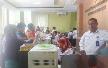 Sejumlah warga di Kobar saat mengurus pembuatan KTP elektronik di Disdukcapil setempat.